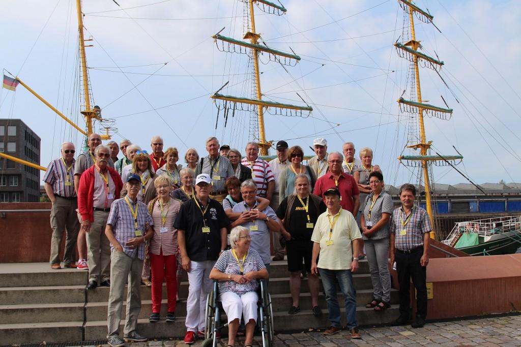 gruppenfoto-vor-alexander-von-humboldt-segelschiff